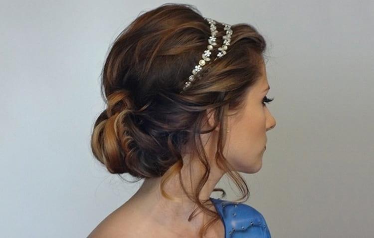 Греческую прическу можно сделать и на короткие волосы, просто понадобится больше невидимок и заколок.
