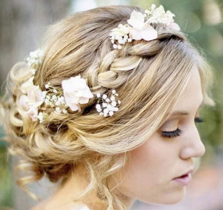 Прически в греческом стиле можно делать уже на средние волосы.