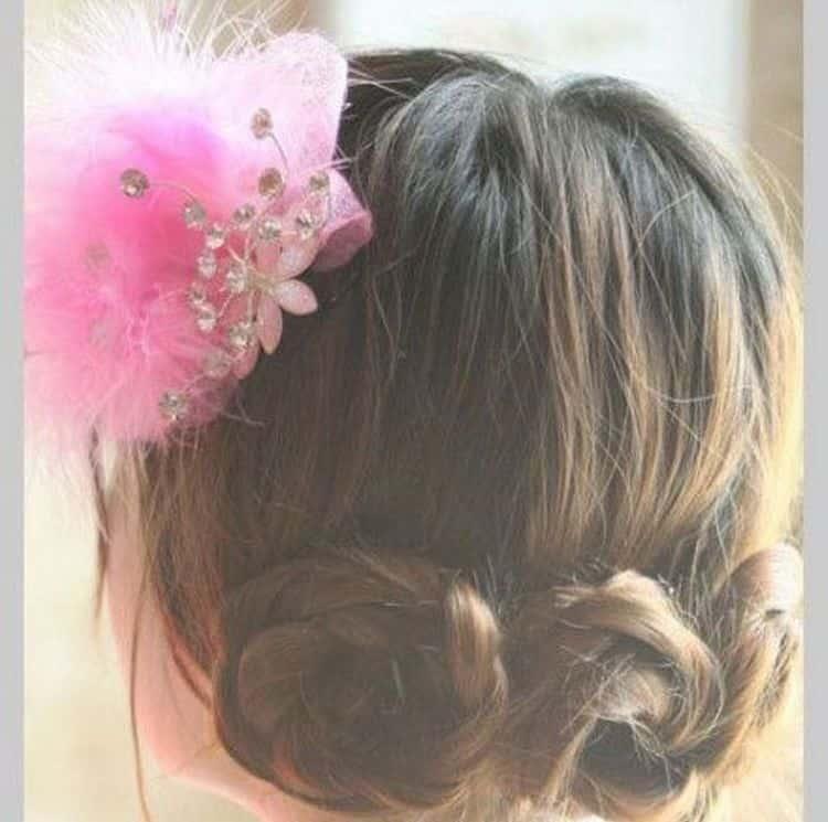 Такую прическу можно украсить цветком или другим аксессуаром.