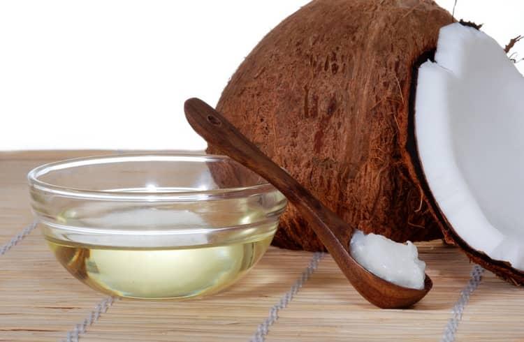Маска для волос на основе кокосового масла обычно готовится на водяной бане, поскольку масло надо растопить.