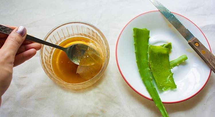 Эффективной маской против перхоти для жирных волос является смесь сока алоэ с медом и касторовым маслом.