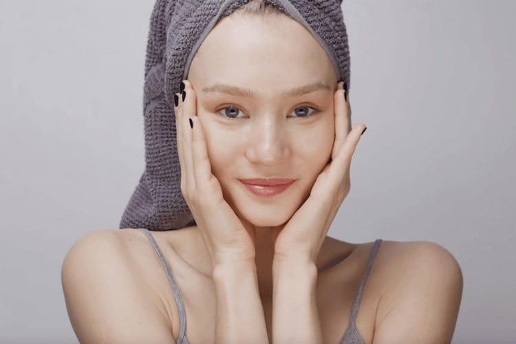 Чтобы добиться лучшего эффекта от маски против жирных волос, после нанесения надо обмотать голову пищевой пленкой, а также полотенцем.