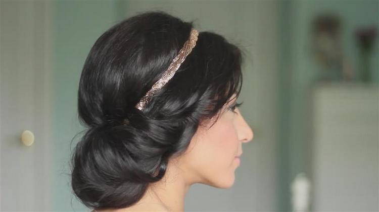 А вот простая и стильная свадебная прическа.