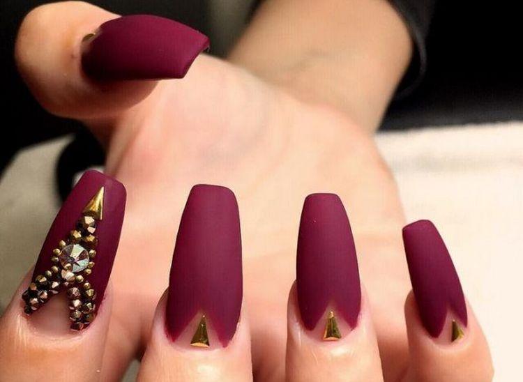 Длинные матовые темные ногти выглядят непревзойденно.