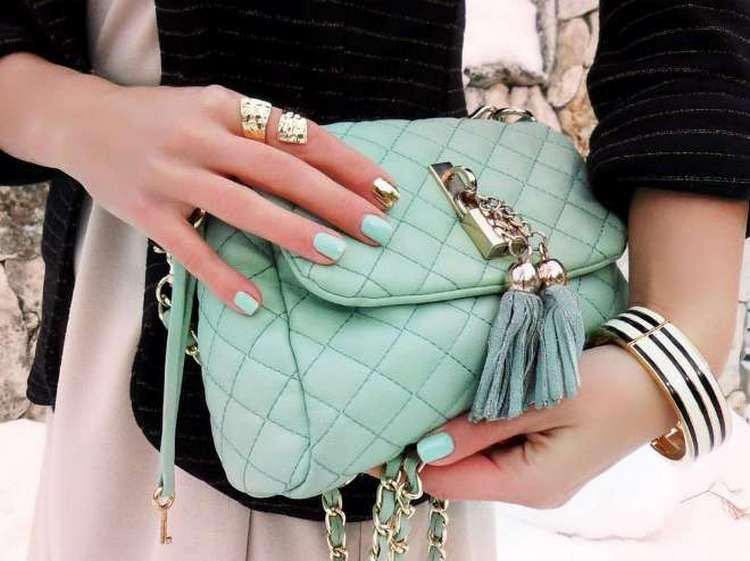 Часто ногти красят под цвет сумочки.
