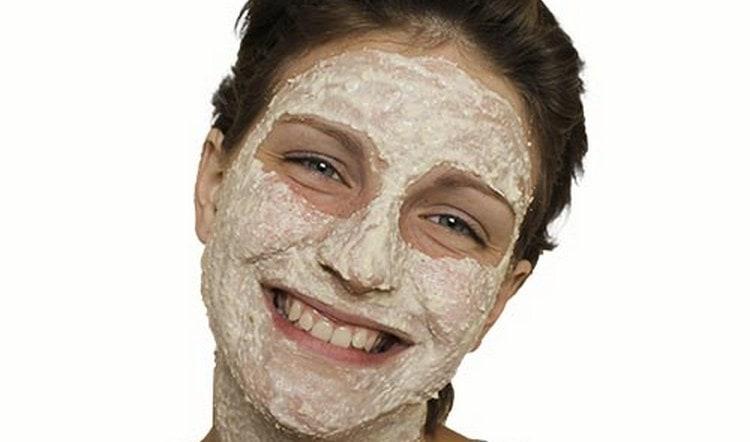 Более щадящей такая маска будет, если сделать ее на основе измельченных овсяных хлопьев.