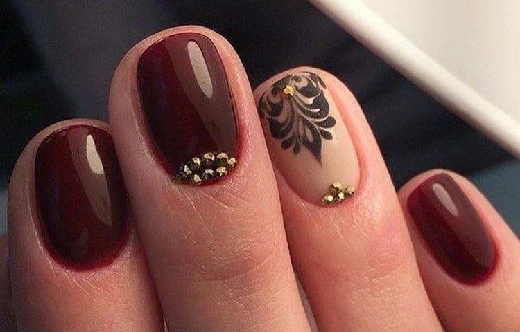 Бордовый маникюр хорошо смотрится даже на коротких ногтях.