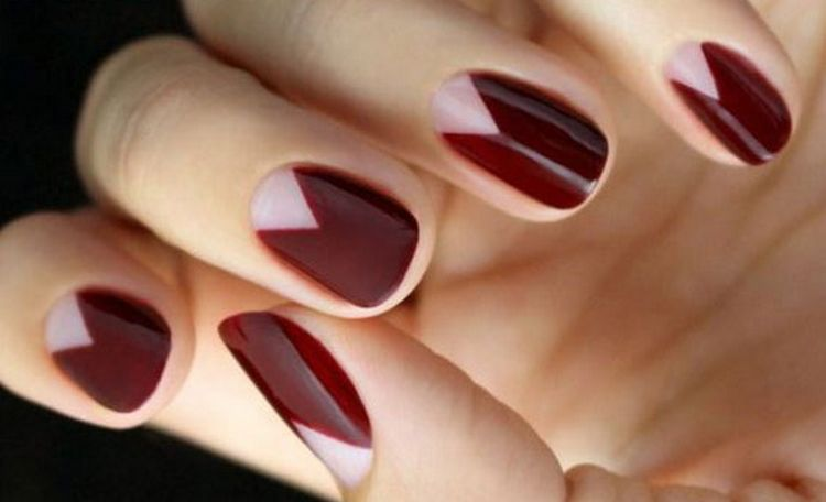 Темный бордовый шикарно выглядит на ногтях.