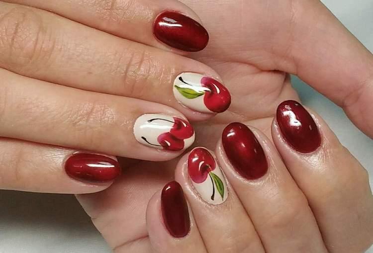 Для лета актуальными будут и ягодки на ногтях.