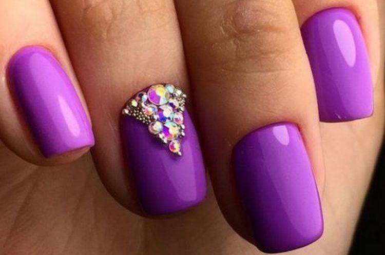 Посмотрите также фото фиолетового маникюра гель-лаком.