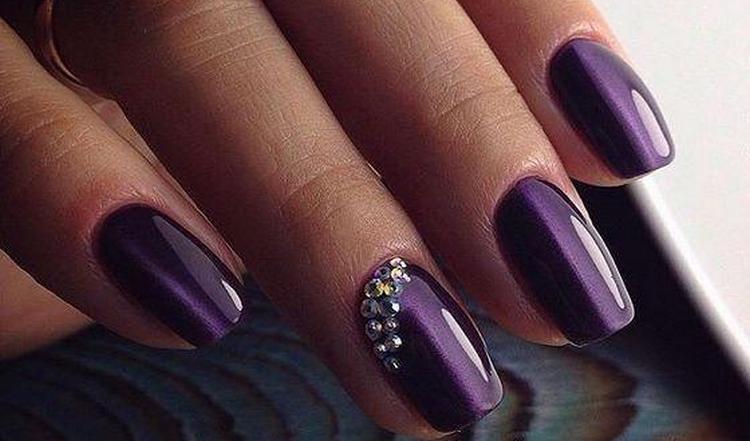 Фиолетовый гель-лак позволяет фантазировать.
