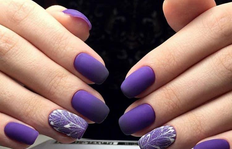 Можно также украсить ногти ненавязчивым узором.
