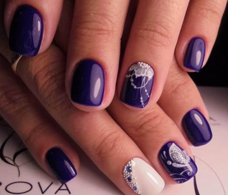 Фиолетовый маникюр можно делать на короткие ногти, так как он визуально удлиняет их.