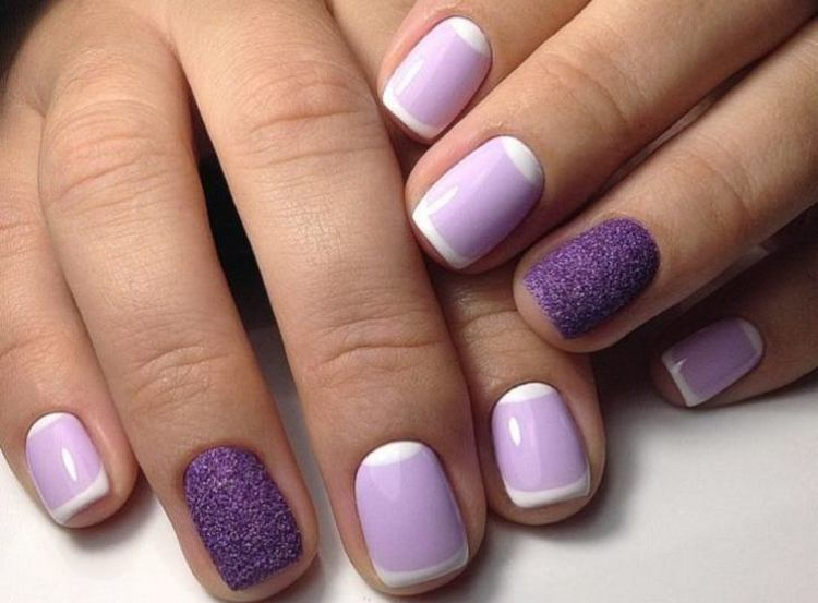 Светло-фиолетовый маникюр красиво выглядит и на длинных, и на коротких ноготках.