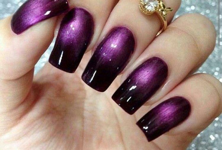 На длинных ногтях роскошно выглядит переход от темно-фиолетового к светлому.