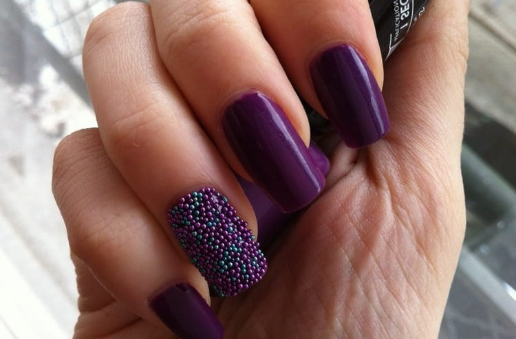 Стразы и бульонки тоже актуальны на длинных фиолетовых ногтях.