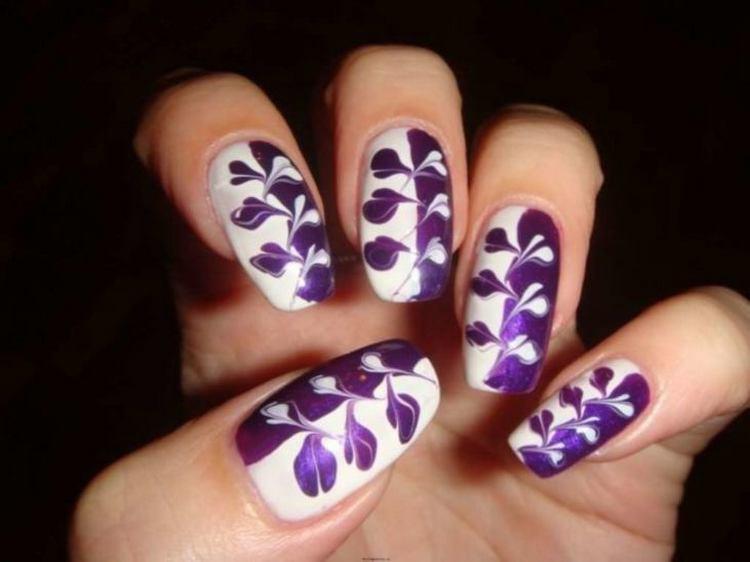 На ногтях филоетовый органично сочетается с белым цветом.