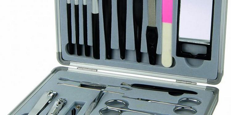Для обрезного маникюра понадобятся привычные инструменты.