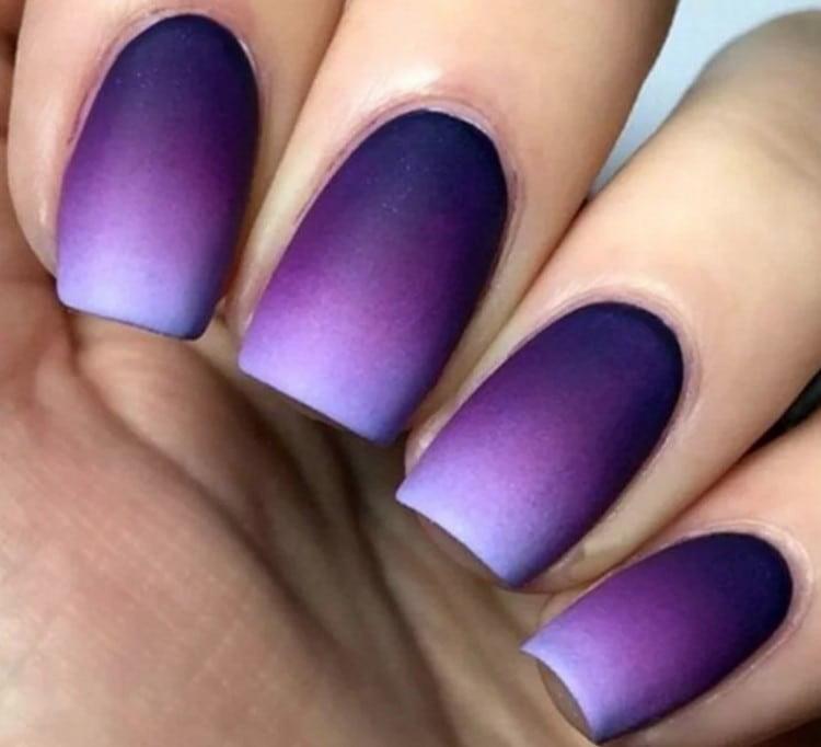 Маникюр фиолетовых оттенков хорошо выглядит в технике омбре.