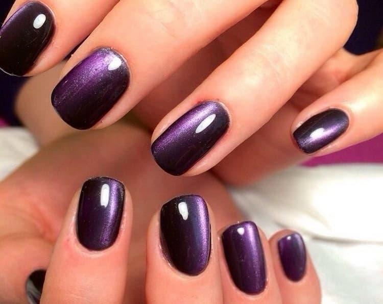 Богато выглядит темно-фиолетовый маникюр.