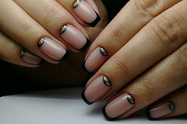Для тех, кто любит золотые украшения, актуален черный френч с золотом.