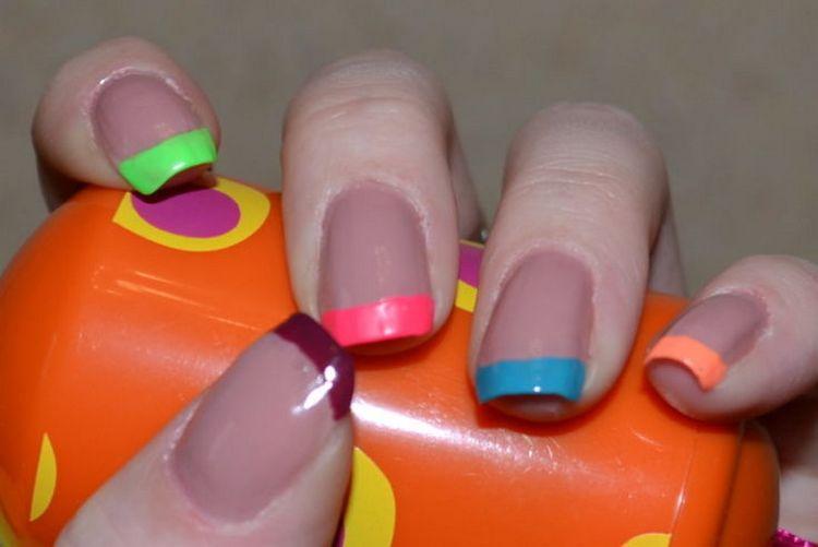 Популярен и маникюр френч разноцветный.