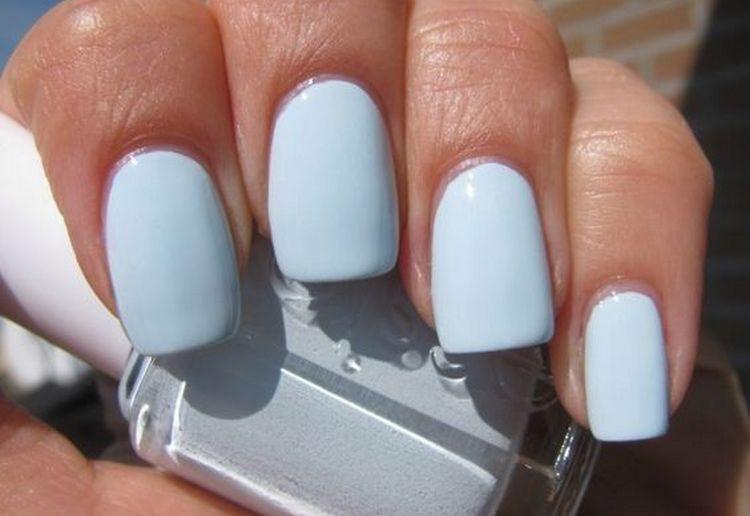 Светло-голубой маникюр красиво смотрится и на коротких, и на длинных ногтях.