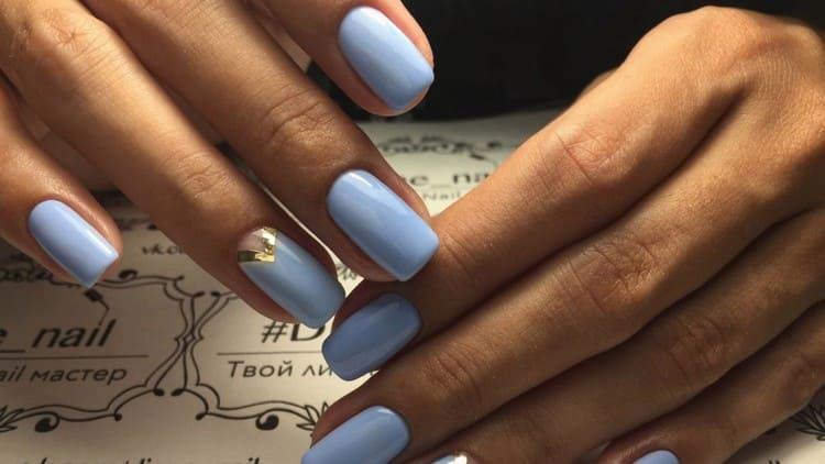 Серебро поможет внести акцент в маникюр в голубых тонах.