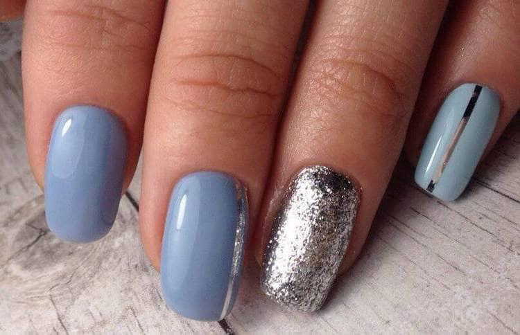 Серебристый очень красиво сочетается на ногтях с голубым.