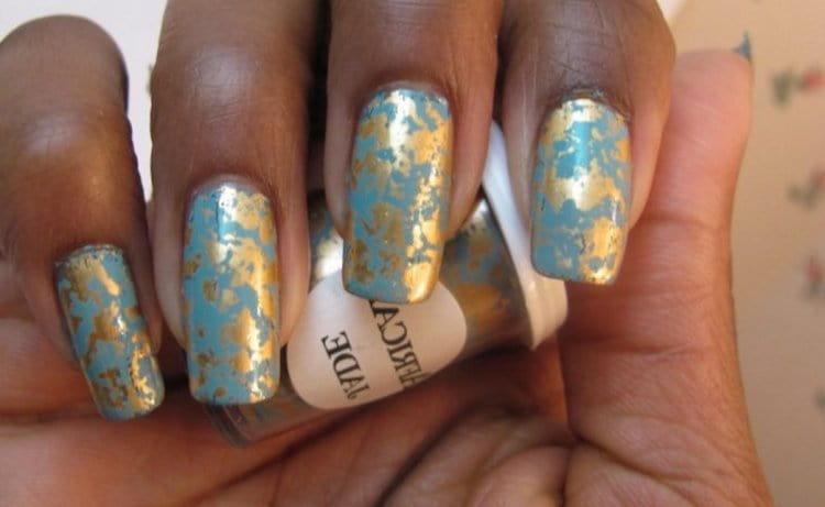 Непросто удачно сочетать на ногтях голубой лак и золото.