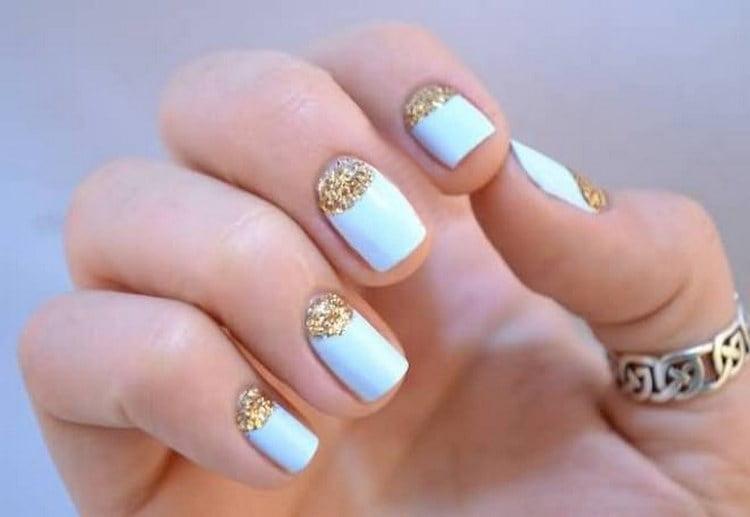Вот такой голубой с золотом френч очень красиво смотрится на коротких ногтях.