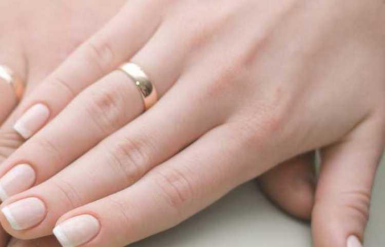 Для голубого лака ногти должны быть идеальными.