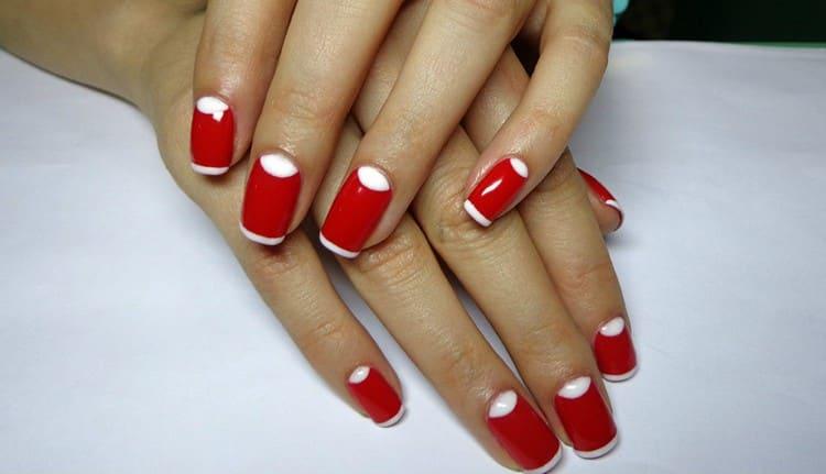 Ленный маникюр красный с белым поможет дополнить элегантный образ.