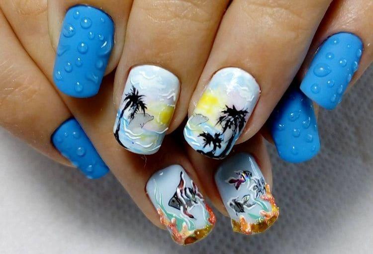 пальмы очень красиво смотрятся на общем голубом фоне ноготков.