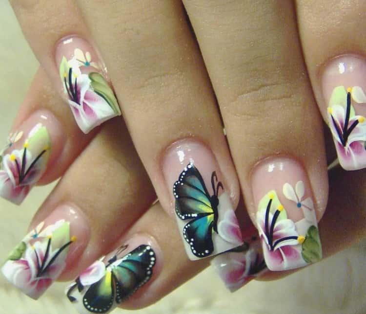 бабочки и цветы на ногтях будут идеальным сочетанием.