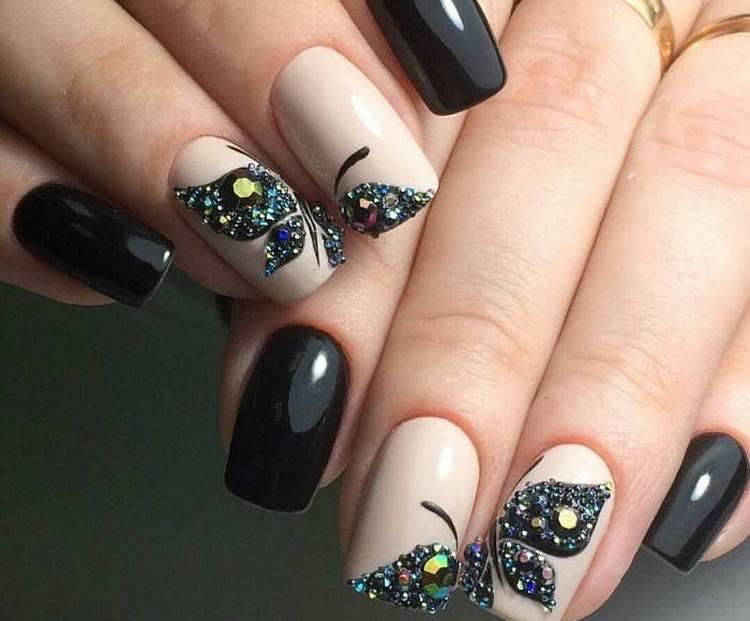 Очень модным считается маникюр с бабочкой на двух ногтях.