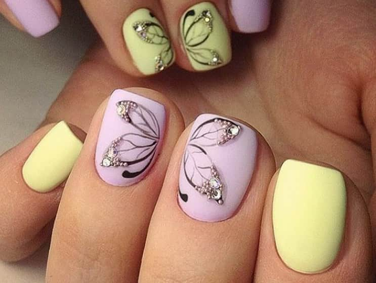 Нежные бабочки прекрасно выглядят на пастельных ноготках.
