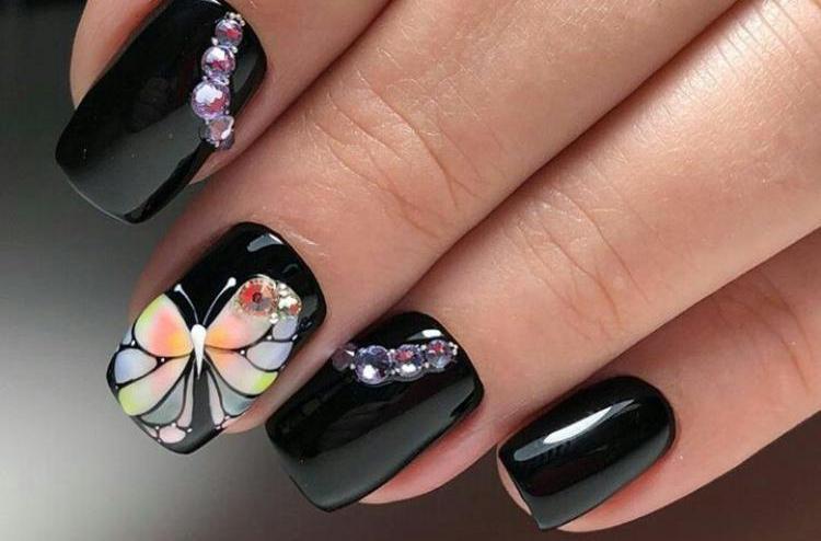 Если дизайн бабочки в маникюре вы делаете на темном фоне, не перегружайте его лишними деталями.