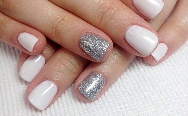 Серебряные блестки настолько универсальны, что могут использоваться как для повседневного, так и для праздничного маникюра.