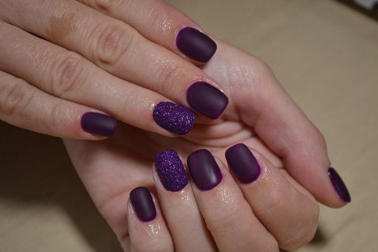 Очень оригинально выглядит фиолетовый маникюр с блестками.