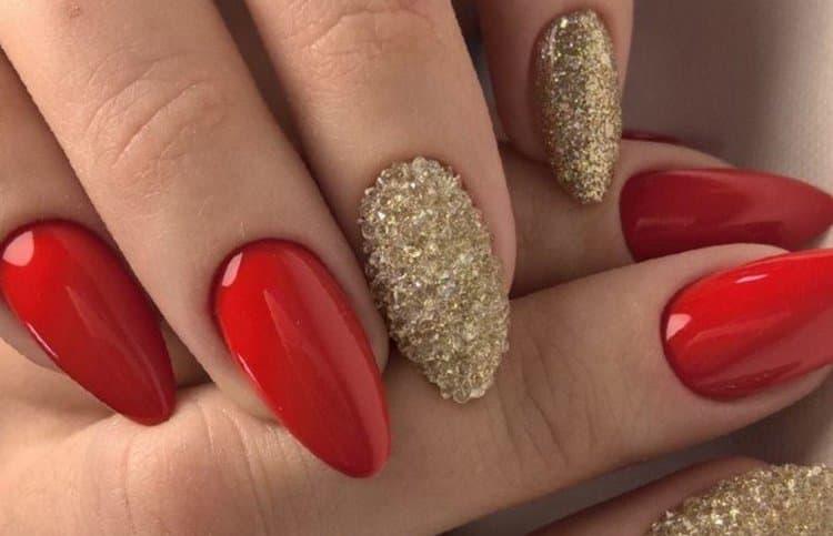 Золотые блестки оригинально смотрятся с красным лаком.
