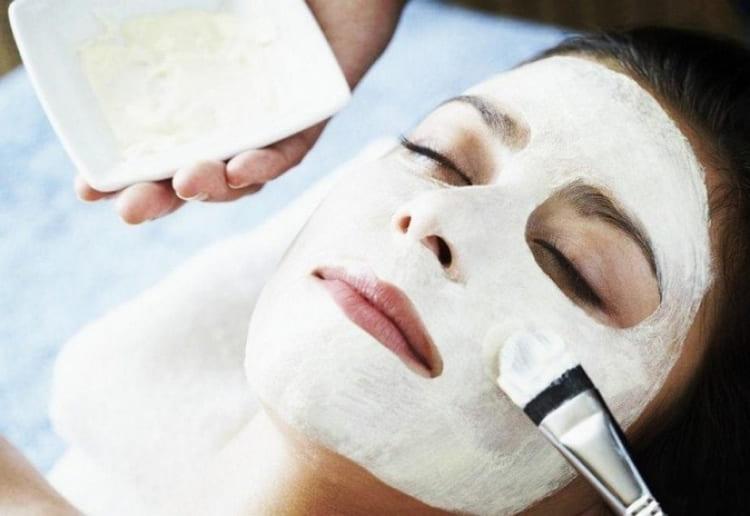 Прекрасно подтягивают кожу маски для лица с крахмалом от морщин.
