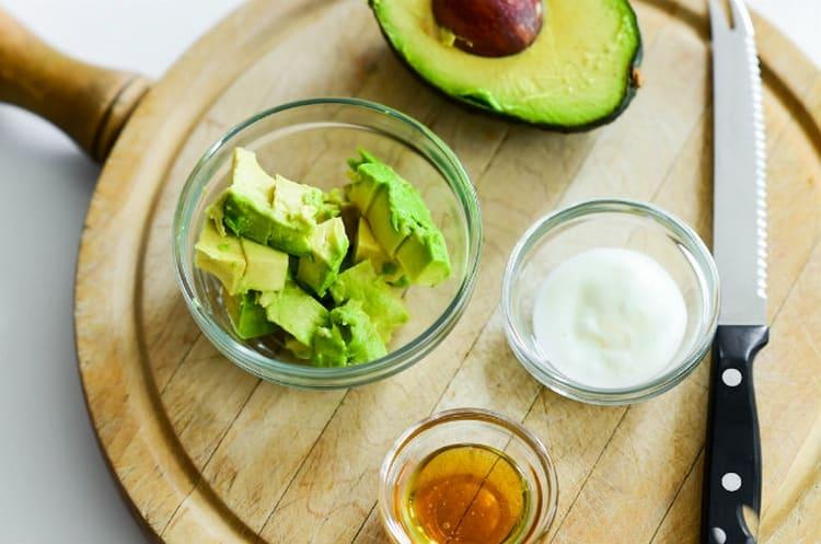 К авокадо можно добавить молоко и оливковое масло.