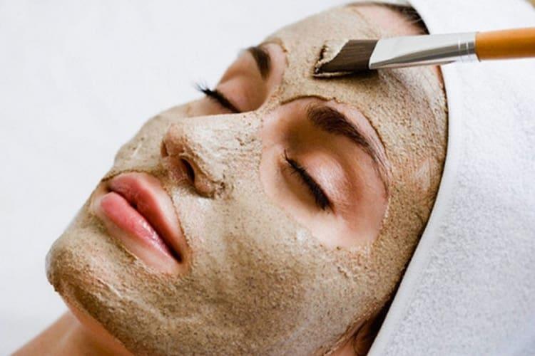 Маска из дрожжей для лица от морщин очень легко наносится.