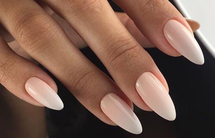 Нюдовый маникюр на миндалевидных ногтях выглядит очень нежно.
