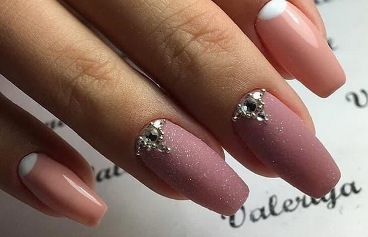 Посмотрите также фото нюдового маникюра на длинных ногтях.
