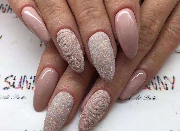 на блинных ногтях такой простой цвет можно органично дополнить лепкой или узорами.