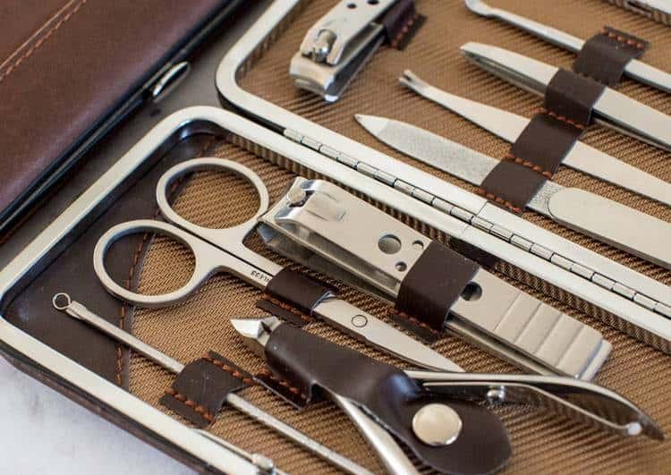 Подготовьте необходимые для маникюра инструменты.