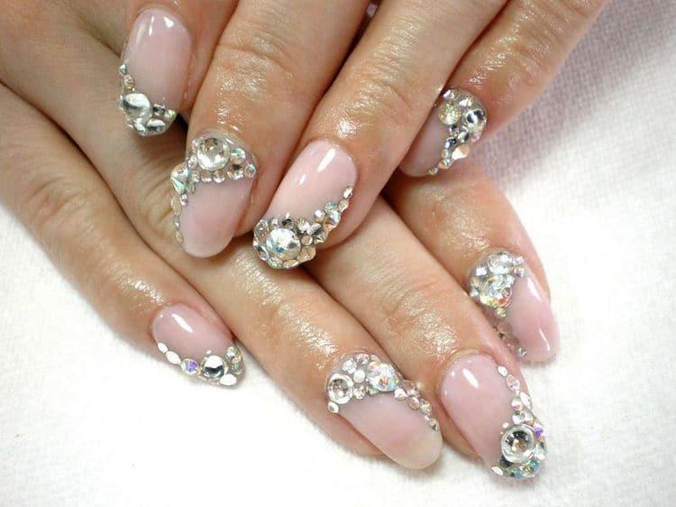 При красиво сделанном обрезном маникюре даже крупные камни на ногтях будут уместны.