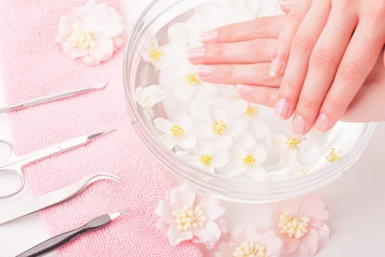 Посмотрите видео о том, как правильно делать обрезной маникюр.